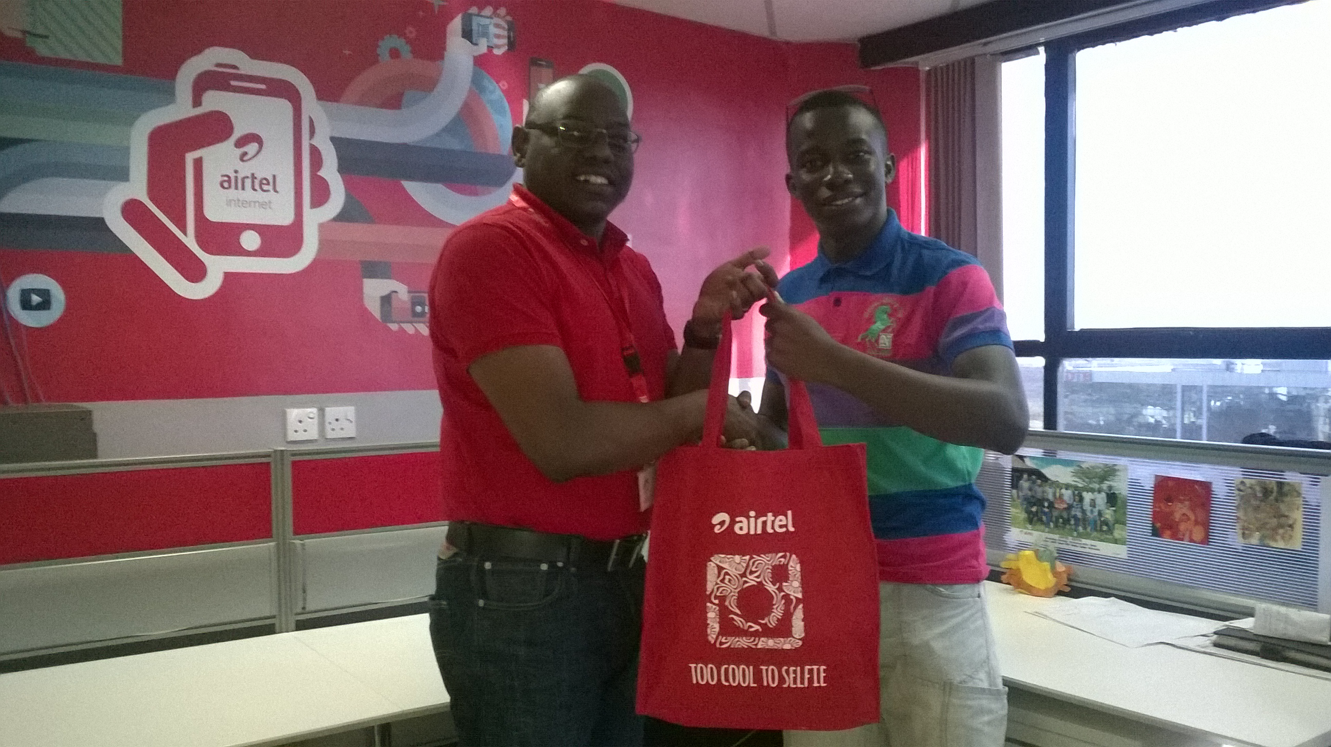 Airtel Kenya Marketing Director presents a gift bag to Paul Kidero, the winner of the Airtel's #Instameet competition.