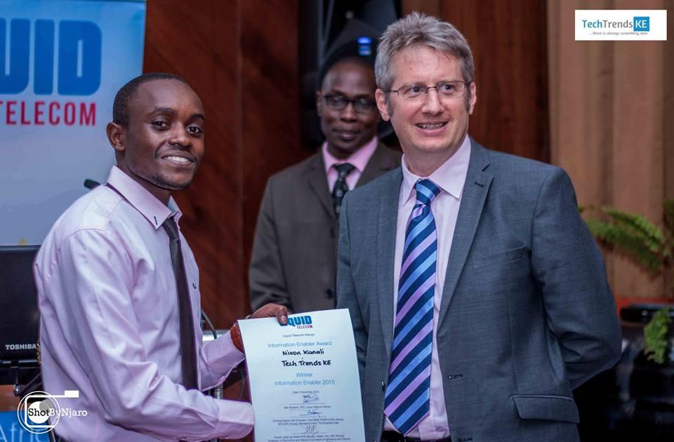 TechTrendsKE's Nixon Kanali receiving the award from Liquid Telecom Kenya CEO Ben Roberts